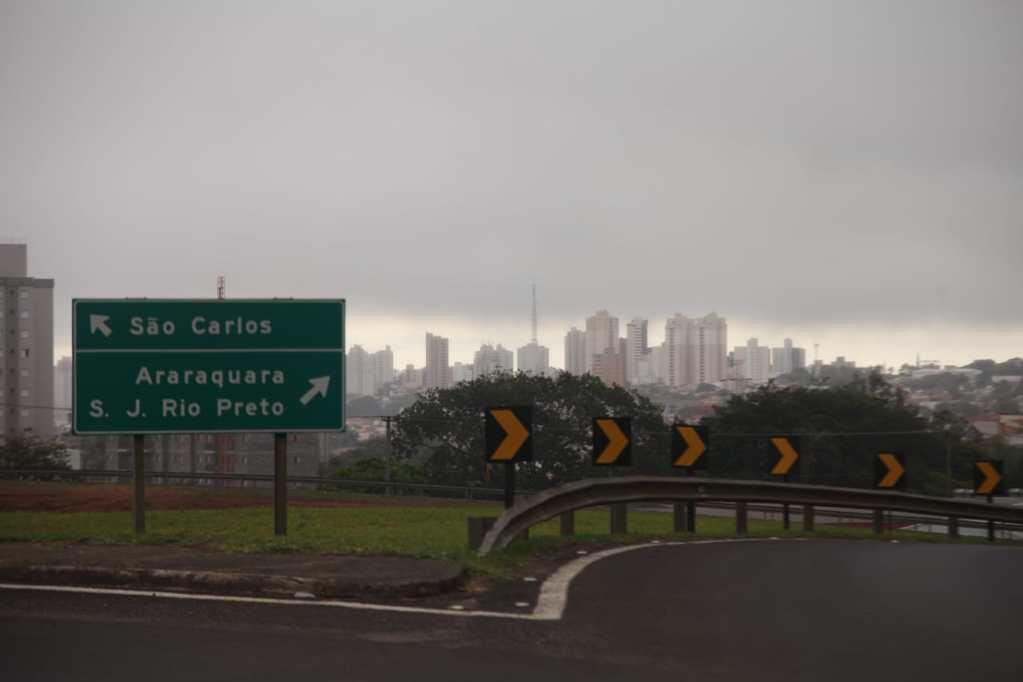 """Nuvens """"engolem"""" a cidade"""