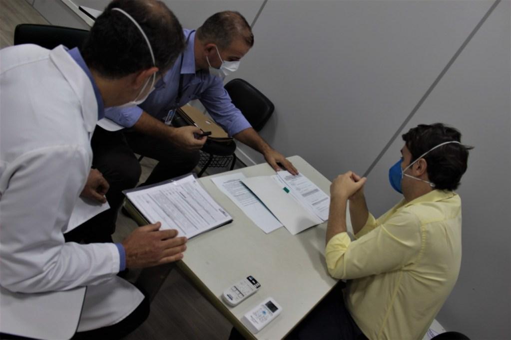 O médico residente Ronan Furquim sendo entrevistado pelo médico avaliador do MEC – Foto: Assessoria Santa Casa