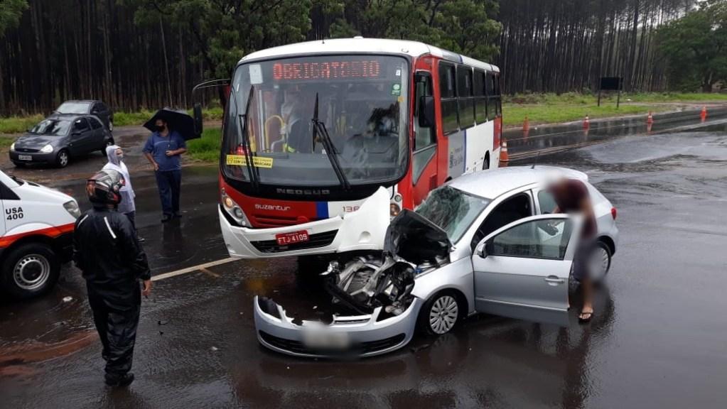 Acidente entre ônibus e Gol