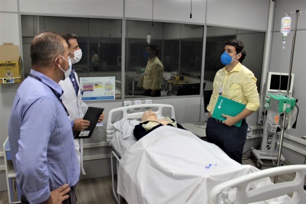 O coordenador do IEP, André Mascaro, e o coordenador do Programa de Residência em Ortopedia, Rodrigo Reiff, acompanham o médico avaliador do MEC no Centro de Simulação Realística – Foto: Assessoria Santa Casa
