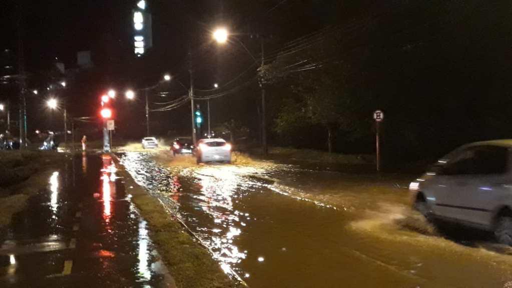 Veículos enfrentam mais uma enchente na cidade
